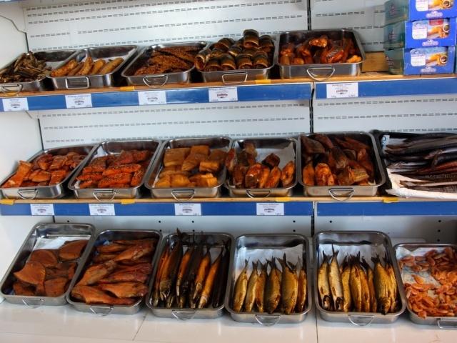 выкладка копченой рыбы в магазине фото другой