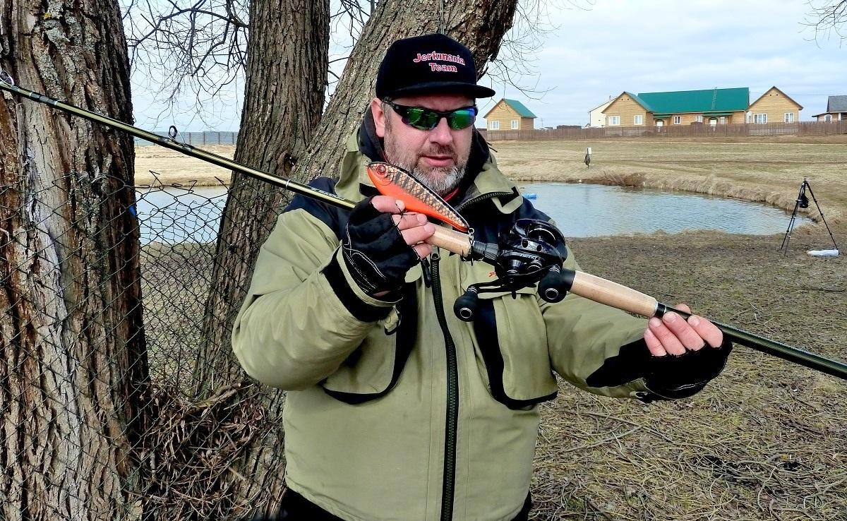 Рыболов с джерковой снастью в руках.